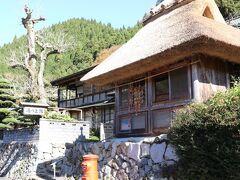 次に訪れたのは、出雲湯村温泉。 茅葺き屋根のこの旅館が見たくて、ここに来たようなもの。 良い雰囲気でしょ? 「湯乃上館」 歴史がありそうですね。