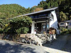 そのイチョウの前には1軒のカフェがあります。 実は今日のランチの候補にしていたのですが、結局木次のカフェに決めました。 このお店はまた今度。 「森のvillage はぁてぃすと」 https://www.heartist-yumura.com/  この時は多くのお客さんで賑わっていました。 行くなら予約をした方が良さそう。