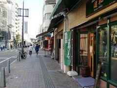 ホテルの隣は三越。その横の「大街道」の北側向かいの「ロープウェイ商店街」。程々の道幅の両側に飲食店や土産物店が並び、眺めながら歩くのも楽しいです。