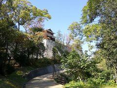 リフトを降りて緩やかなスロープを登っていくと、お城の建物が見えてきます。