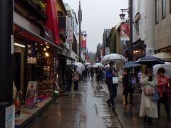 鎌倉市内 鶴岡八幡宮に通じる道路。 雨なので、傘が多い。