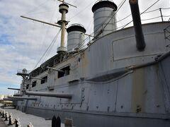 戦艦三笠 世界三大記念艦だという。 東郷平八郎元帥がロシアのバルチック艦隊を破った時に乗艦していた。 側面にも砲があるのが、ドレッドノート以前っぽい。