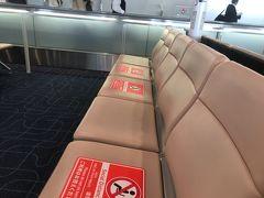 羽田空港ももちろんソーシャルディスタンス。 だけど人が多いですね~。