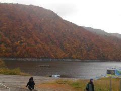 14:10着。奥只見湖にやってきました。 湖は雨模様で山腹も湖面も重い色に 染められていました。 15時出港。