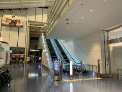 福岡空港から飛行機で羽田前泊。いつもなら東横インとかなんだけど、今回、GoToで安く泊まれたので、羽田空港第3ターミナル併設のロイヤルパークホテル泊です。2度と泊まる機会はないでしょう。 入り口はエスカレーターの横にひっそりとあります。