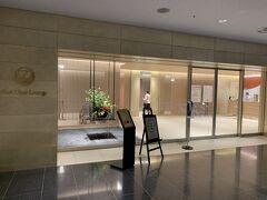 翌日。ホテルがターミナル直結だと、便利です。 まずはJALのラウンジへ。本当はファーストクラスラウンジに入れる資格はないんだけど、ここしか開いていないので、ラウンジに入室する権利がある人は、ここを使えます。