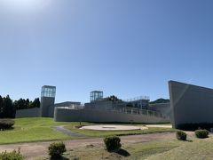 この建物も上空から見ると前方後円墳のカタチを しています。世界的建築家安藤忠雄氏デザインです。