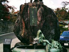 日光山輪王寺の境内に入る。 日光山を開いた勝道上人の銅像が出迎えてくれる。