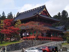 一段高い場所に建つ三仏堂が見える。輪王寺の中心部である。 この写真の手前に拝観券の売り場がある。