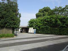 平等院南門はすぐ駐車場のお隣です。