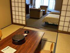 ホテルは5日前に空室があったのを予約  あまり期待してませんでしたが和洋室で広い  セイフティボックスもありました