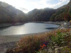 布引貯水池(五本松堰堤)(奥のV字の谷が布引断層部分です。)