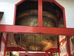 次は日本一の大鈴がある箱崎八幡神社へ。ここの大鈴は、高さ4m、直径3.4m、重さ5トンもある大鈴です。