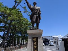 大手前広場の堀尾吉晴公の銅像です。 400年前に松江城の城下町の基礎を築いた人らしいです。 手に持っている棒の先の方向に松江城があります。