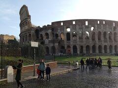 8時30分、宿(テルミニ駅)を出発して、コロッセオまで散歩しました。ローマに滞在している間毎日訪れたコロッセオも、これで見納めだと思うと寂しいです。  コロッセオからカラカラ浴場までは歩いて20分くらいで着くので、歩いていきます。