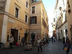 サンセバスティアーノ門から45分歩いてトラステヴェレに行きました。ここは下町で、車がたくさん通っており、生活感が強かったです。