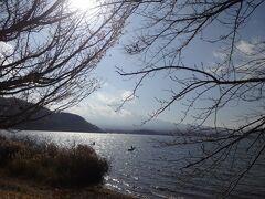 河口湖にやってきます。  逆光ながら富士山が拝めます。
