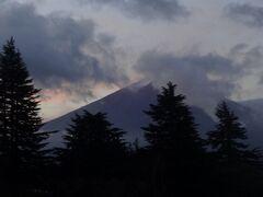 早朝のホテルの部屋からの富士山。  風もあまりないような穏やかな空間。  朝焼けと雲に囲まれた霊峰ですーー。