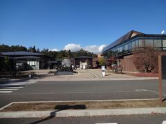 山梨県立富士山世界遺産センターにやってきます。  これは富士山が世界遺産に指定されたことを記念して建設されたようです。  内部に入ります。  するとーー。