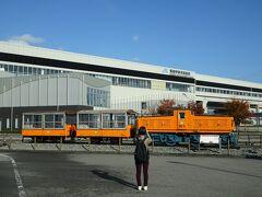 ほんの12分で黒部宇奈月温泉駅に着いた、駅を出ると広々とした土地が広がる、駅前に昔の黒部渓谷鉄道の機関車とトロッコ車両が展示保存されていた