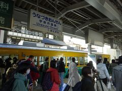 09:32 終点の宇奈月温泉駅に到着、ほとんどが黒部渓谷鉄道に乗り換えるのでしょう、観光客でにぎわっています