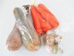 めっくんはうす へ寄り道。  お野菜購入。  南瓜 2つ入り ¥110 人参 ¥100 ジャンボニンニク ¥150  南瓜はスープにしたらとっても甘かったです☆
