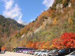 七倉山荘には10:10頃到着、車はここまで。 駐車場脇の紅葉がきれいでした。