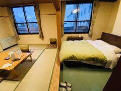 2回目の「お宿 欣喜湯」にチェックイン。 今回は2泊します。 和洋室で、ダブルベッドが1台と6畳の和室に布団を敷いてもOKです。