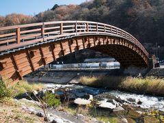 駐車場のすぐ近くにある「木曽の大橋」。 この橋を見たかったので木曽の大橋 西駐車場にした。街並みのある旧中山道からは線路を挟んで反対側だ。 「美しい総檜造りの太鼓橋は、橋脚を持たない橋としては日本有数の大き」だそうだ。長さ33m、幅6.5m、水面からの高さは7m。匠の技が光る木造橋なんだそう。