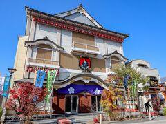 歌舞伎座みたいなのがあります。ネットでしらべてみると以下のように書いてありました。 「日本伝統芸能の振興と地域文化の昂揚を願い、善光寺の表参道に北野文芸座は建築されました。」 http://kitanobungeiza.jp/about/about-page.php