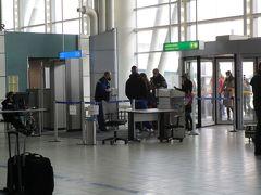 ソフィア国際空港第2ターミナル 入口は1つのみ、他は封鎖されています。出口も別になっています。 入口で航空券をチェック、マスクと体温もここで検査されます。