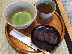 外宮入口すぐそばの赤福にておやつ~ 赤福2個とお抹茶で490円 お抹茶美味しかった