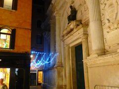 リアルト橋に近いサンサルバドルの教区にある、ベネチア方言でサンズリアンと呼ばれるサンジュリアーノ教会  9世紀の建造物は1105年の火災を含め幾度かの再建が行われていて、ファサードは1570年完成。