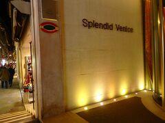 可愛い運河とちいさな橋の角地があり、そこにモダンスタイルで目に付きやすい、この「スプレンディッド・ヴェニス ホテル」があったので、とにかくここを目印にさ迷おう、と思ったのを覚えています。  Marzaria S. Zulian + Ponte dei Bareteri  ここまで来るのに似たような商店街を歩き、所によっては細すぎる路地に観光客が渋滞のように詰まって瞬間的に息が詰りそうでした。