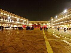 サンマルコ寺院の前の広場は、ヴェネチアと聞くと必ず出てくるピアッツア・サン・マルコです。  ナポレオンがヨーロッパの美しいサローンと称えた場所だとか。  個人的には昼間に来るとちょっとピンと来ないけれど、灯かりのある夜の方が綺麗に思えます。