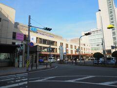 徒歩すぐの津駅へ。