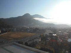 ホテルの窓から見た早朝の空の写真です。 今日も秋晴れの素晴らしい青空が広がっています。 どうぞ今日も素晴しい一日でありますように。
