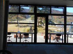 12:15着。高瀬ダム観光の後は途中のスキー場レストラン 「エスカルプラザ」で昼食をとりました。 「カラ~ン、コロ~ン」という良い響きの鐘の音 が聞こえて来たので外を見ました。 するとツアー客の仲間が結婚式用のチャペルの鐘を 鳴らしていました。 「彼等は何度目の結婚式かなぁ~。」