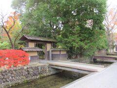 「武家屋敷(旧小関家)」に架かる橋です。 大人の休日倶楽部のPRポスターで吉永小百合さんが渡っています。