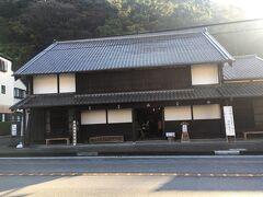 大旅籠柏屋 宇津ノ谷峠と並んで岡部宿の見どころスポット。 岡部宿本陣跡の隣にあります。 登録有形文化財に指定されています。