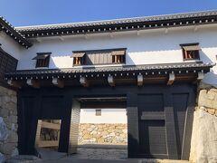 いよいよ今治城へ。今治城の鉄御門。入城料520円。