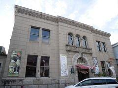 旧広島銀行三次支店  もともとは広島県農工銀行三次支店として大正12年に建てられた、ルネサンス様式の重厚な洋風建築です。昭和2年からは日本勧業銀行三次支店。昭和25年から平成17年まで55年もの長い間、広島銀行三次支店として使われていたので、三次町民にとっては「元ひろぎん」と呼んだほうが馴染み深いようです。