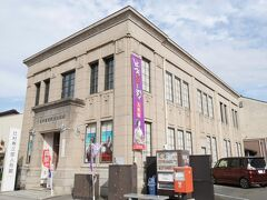 旧三次銀行本店(国登録有形文化財)  昭和2年に三次銀行本店として建てられたものです。  昭和20年には芸備銀行中町支店となり、昭和22年から52年までは三次郵便局として使われました。その後は三次市歴史民俗資料館と変わり、裏側の木造部分は市立図書館として市民に親しまれました。現在は辻村寿三郎人形館となっています。