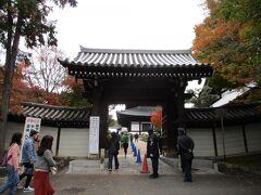 最寄りの東福寺駅より、少し歩き、月下門より入ります。