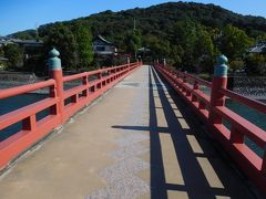 朝霧橋を渡って、 「宇治神社」と、世界遺産の「宇治上神社」方面へと向かいます。