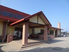 10:56 元町港近くの「御神火温泉」に着きましたよ。  昭和61年三原山大噴火の置き土産として、湧いた温泉だそうです。 温泉で旅の疲れを癒していきましょう。  ▼愛らんどセンター御神火温泉 https://www.town.oshima.tokyo.jp/soshiki/kankou/gojinka.html