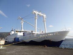 13:55 ついに、帰る時がやってきてしまいました。 これから乗る、東海汽船:さるびあ丸です。 2代目さるびあ丸の後継船として、令和2年6月25日に就航したばかりのピカピカの新造船です。  = 3代目さるびあ丸 = 船種‥貨客船 船籍‥日本/東京 航海区域‥近海 所有者‥東海汽船・鉄道建設 運輸施設整備支援機構 運用者‥東海汽船・小笠原海運(おがさわら丸入渠時) 総トン数‥6,099t 全長‥120.54m 全幅‥17m 建造所‥三菱重工業下関造船所 就航‥令和2年6月25日
