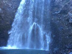 ここは滑落しかねないほど、滝のすぐそば  しばし見ていると髪が湿るほど  滝は水の浸食により今でも後退し続けており、下流にある川の淵は昔の滝つぼの跡だそうだ