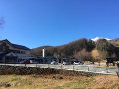 休暇村乗鞍高原 ここまでで出発から約30分  雪山のふもと、隣はゲレンデ お昼前、宿泊客が一番居なそうな時間帯の割には駐車場にはぼちぼち車が入っている