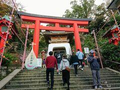 参道を進むと、江ノ島神社瑞神門(竜宮門)が見えてきます。 ここからは山登りです。